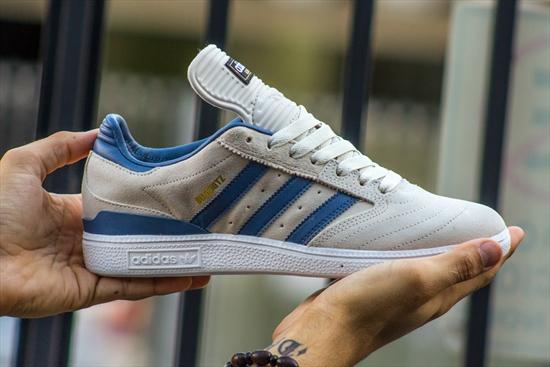 e1e9353c9 Este tênis Dennis Busenitz Pro aproveita a lendária chuteira Copa Mundial  da adidas e cria um design próprio para skate. Desenvolvido para qualquer  tipo de ...