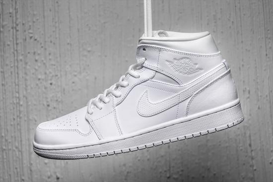 54378bbd3 Nike Air Jordan 1 Mid Branco 24 10 2016. Apresentando couro Premium e ...