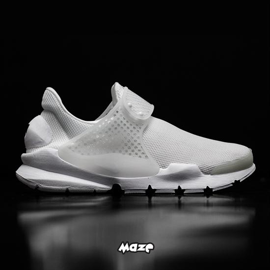2afe595e6828 O novo Tênis Nike Feminino Sock Dart Breath possui construção minimalista  em knit respirável e alça ajustável para um caimento perfeito.